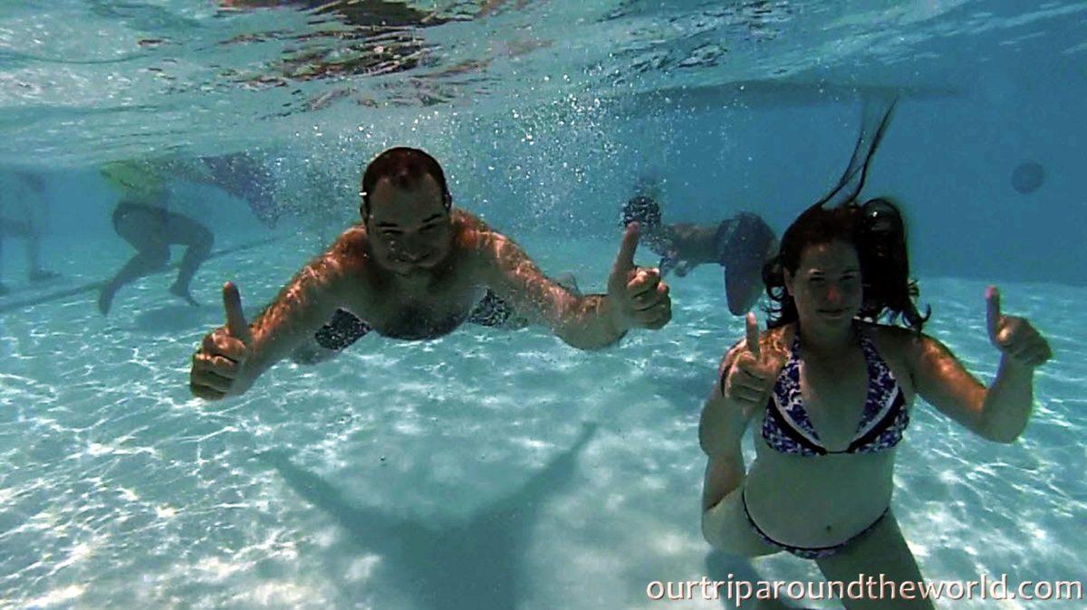 Marta a Paja v bazénu