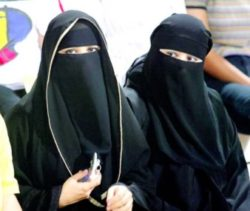 ženy nosící abáju